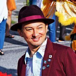 「ちゃんぷる~沖縄市大使」として地元のパレードに参加したDA PUMPのISSA=11月24日、沖縄市・コザゲート通り