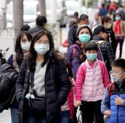 (資料写真)マスクをつけて、国際通りを歩く外国人観光客=那覇市
