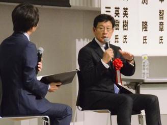 球数制限の導入が発表された会議で話すプロ野球日本ハムの栗山英樹監督(右)=22日午後、新潟市