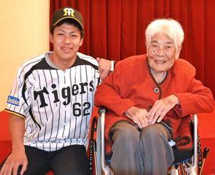 曽祖母の長岡ミヲエさん(右)に阪神入団を報告した植田海選手=沖縄市内のホテル
