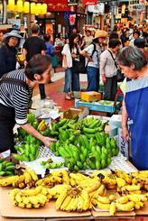 旧盆の供え物を買い求める客でにぎわう市場=2日、那覇市・第一牧志公設市場(田嶋正雄撮影)