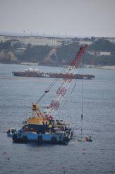 次々と海中に投下される汚濁防止膜固定用のコンクリートブロック=2017年3月31日、沖縄県名護市・大浦湾