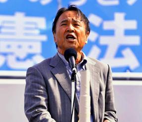 護憲派の集会で登壇した沖縄平和運動センターの山城博治議長=3日午後、東京都江東区