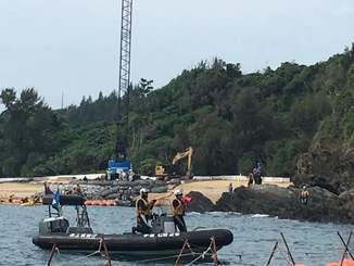 米軍キャンプ・シュワブの浜では、重機が石材を入れた網袋を敷き詰めた=11日午前9時20分、名護市の大浦湾