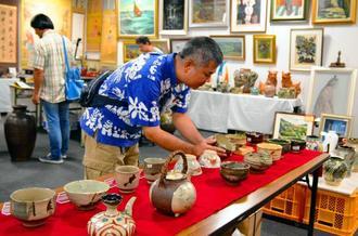 「なは骨董祭」では戦前戦後の貴重な品々が並んでいる=31日、那覇市久茂地の沖縄タイムス社