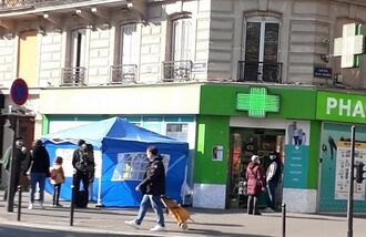 薬局の横に建てられた、ワクチン接種のためのテント。薬局内ではコロナの検査を行っている=フランス・パリ