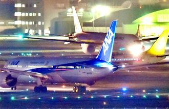 離陸を待つ航空機が並ぶ那覇空港の滑走路=10日午後7時50分(金城健太撮影)