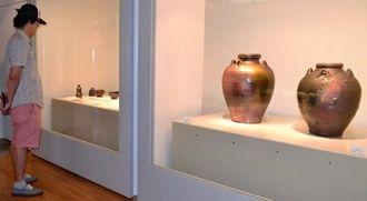 島武己さんの作品に見入る来場者=24日、那覇市・市立壷屋焼物博物館