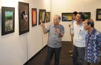 76点の力作が並ぶ第96回沖縄写真連盟展=29日、那覇市久茂地・タイムスギャラリー