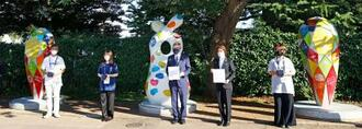 「東京2020 復興のモニュメント」を訪れ記念撮影するIOCのバッハ会長(中央)、橋本聖子・大会組織委会長(右から2人目)ら=1日、東京都新宿区
