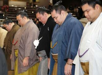 大相撲初場所の土俵祭りに出席した横綱白鵬関(左から3人目)ら=13日午前、東京・両国国技館