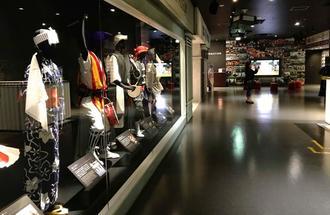 各地の衣装などが展示されたエイサー会館の有料ゾーン=12日、沖縄市上地