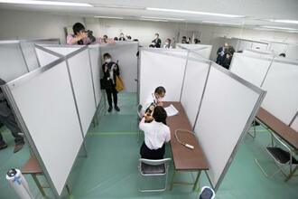 報道陣に公開された新型コロナウイルスワクチン大規模接種センター東京会場の接種スペース=17日午前、東京都千代田区の大手町合同庁舎3号館