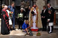 ホーキング博士の遺灰埋葬 ニュートン眠る英寺院に