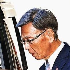 退院し、車に乗り込む翁長雄志知事=15日午前10時半すぎ、浦添総合病院前