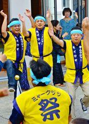 ツカサンマらが外側の輪で踊り、内側の輪で跳びはねながら踊る前里添のミーウヤ(新加入の男性)=24日、宮古島市伊良部佐良浜
