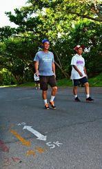 晴れた日でも涼しい木陰でウオーキングやジョギングが楽しめる県総合運動公園の園路=沖縄市