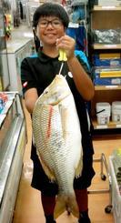 残波の海岸で59センチ、2.9キロのタマンを釣った田島快飛さん=6月24日