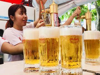 オリオンドラフトビールを注文する来場者=14日、那覇市久茂地・タイムスビル
