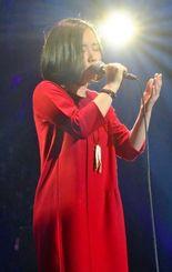 ジャパンファイナルのステージに立つ安次嶺希和子。「悔いのない歌を歌えた」と振り返る=東京都江東区・Zeepダイバーシティ東京