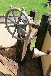 脱落したステンレス製ハンドル(宮古島市提供)