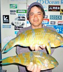 1月29日、安波海岸で43センチ1・32キロのアーガイを釣った外間修さん。餌はオキアミ