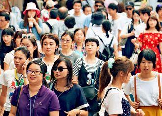 外国人を含む多くの観光客でにぎわう国際通り=那覇市松尾