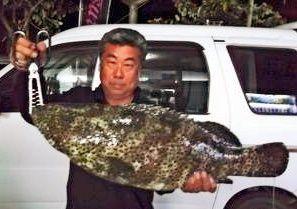 宜名真海岸で70センチ、6.7キロのユダヤーミーバイを釣った喜友名正和さん=1日