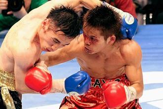 日本王者として防衛戦を戦う嘉陽宗嗣さん(右)=2008年2月11日