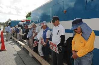 対馬丸の犠牲者を悼み、黙とうをささげる市民たち=22日午前8時半ごろ、名護市辺野古の米軍キャンプ・シュワブゲート前