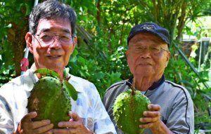 ササップの実を誇らしげに見せる玉城さん(左)、新川さん