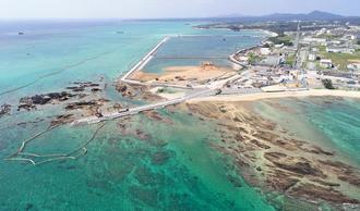 大浦湾側の護岸「K4」(中央左)から沖合に延びる「K8」護岸の建設が始まり、汚濁防止膜が設置された辺野古沖合=5日、名護市(小型無人機で撮影)