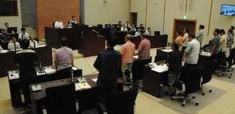 CV22オスプレイの嘉手納基地での運用に断固反対する意見書案を全会一致で可決する嘉手納町議会=21日午前11時前、嘉手納町議会