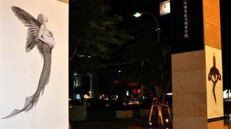 13本の柱に天描画を展示している=23日、那覇市・タイムスビル