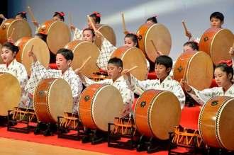 心ひとつに器楽合奏「若夏の花あしび」を披露する光史流太鼓保存会のメンバー