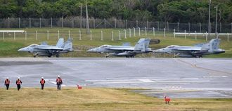 (資料写真)米軍普天間飛行場に飛来したFA18戦闘攻撃機=2月14日