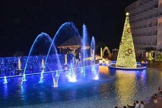 「かりゆしミリオンファンタジー」の点灯式でライトアップされたプール=10月29日、恩納村の沖縄かりゆしビーチリゾート・オーシャンスパ