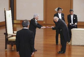 2018年5月に行われた大綬章の親授式=宮殿・松の間