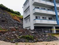 買い物客ら立ち往生 沖縄・西原で川が氾濫 豪雨・冠水、町覆う