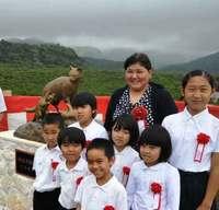 西の雄ネコ、東の母ネコ・・・竹富町で待ってます 銅像設置でヤマネコの生態や保護PR