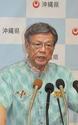 菅官房長官の発表を受け、「解決の糸口を探れるなら、努力を惜しまない」と述べる翁長雄志知事=4日午前11時2分、沖縄県庁