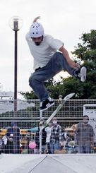 選手が次々と空中技などに挑み、会場を盛り上げた「新都心RISE FESTIVAL」のスケートボード大会=22日、那覇市の新都心公園