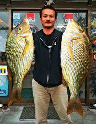 糸満海岸で2・67キロと1・87キロのタマンを釣った濱里泰邦さん=10日