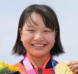 女子ストリートで優勝し、金メダルを手に笑顔を見せる西矢椛=有明アーバンスポーツパーク