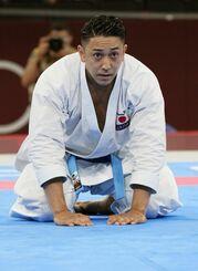 男子形で金メダルを獲得し、座礼する喜友名諒=日本武道館
