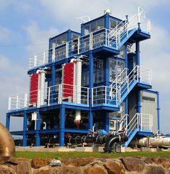 15日から本格的な発電が始まる海洋温度差発電の実証プラント=久米島町、県海洋深層水研究所(県提供)