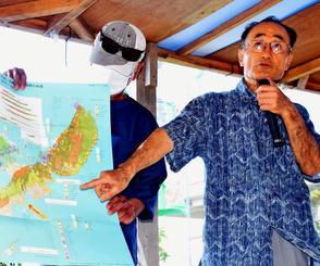 地質図を示しながら辺野古崎付近の活断層の可能性を指摘する加藤名誉教授=2日、米軍キャンプ・シュワブゲート前