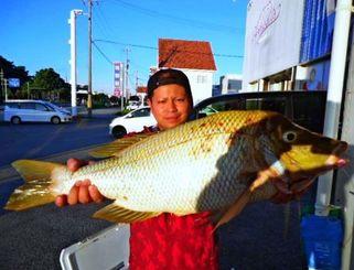今帰仁海岸で74センチ、5.07キロのタマンを釣った伊波誠さん=9月23日