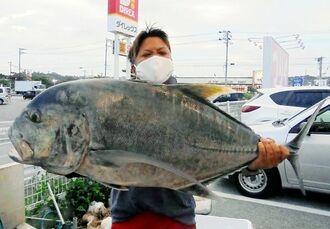 津堅沖で105.5センチ、17.11キロのガーラを釣った與那勇輝さん=12月28日