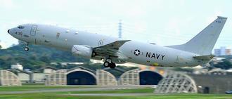 米軍嘉手納基地を離陸する19日に事故があったP8対潜哨戒機の同型機=21日午後3時4分(下地広也撮影)